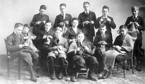 Grupo de chicos tejedores