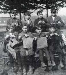 niños tejiendo